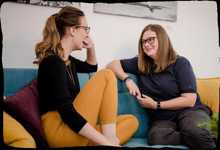 Sandra Wild und Katharina Brozek im Gespräch.